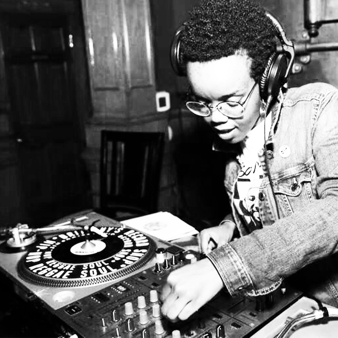 DJ Red-I Turntable (black and white)